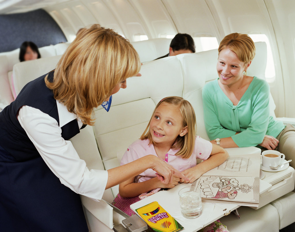 Кабмин разрешил сопровождение детей членами экипажа самолетов