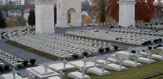 Туристы из Польши повредили реставрационные панели на Мемориале орлят во Львове