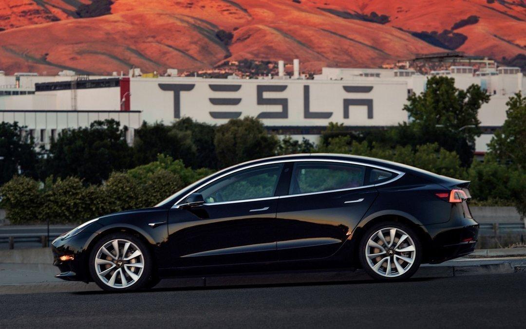 Tesla отказывается от двух цветов автомобилей, чтобы снизить затраты