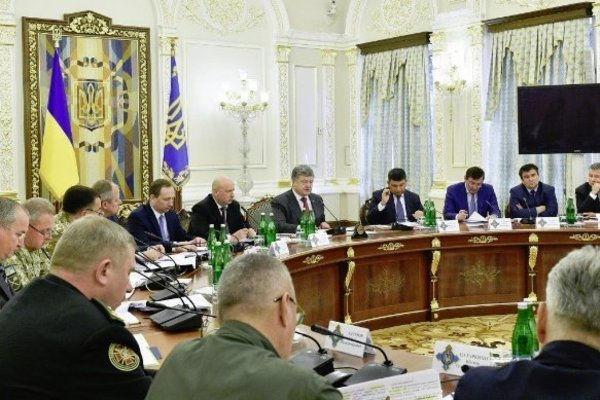 Рада в понедельник рассмотрит введение военного положения в Украине