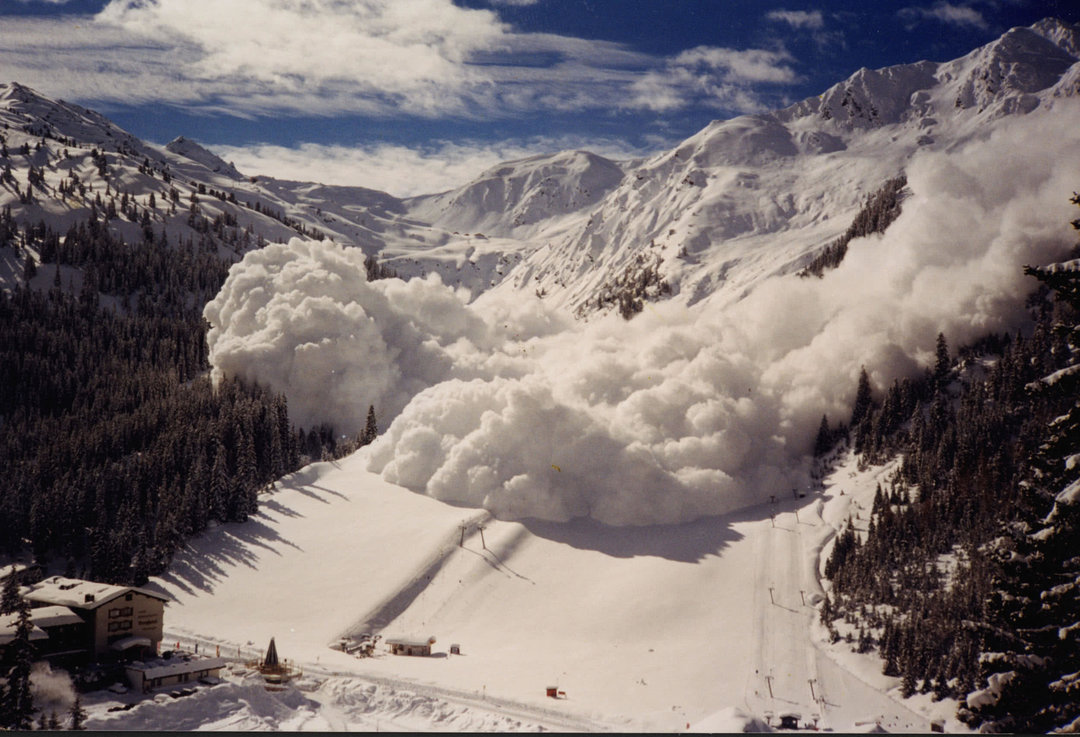 В Закарпатской области туристы попали под снежную лавину, один человек погиб — глава ОГА